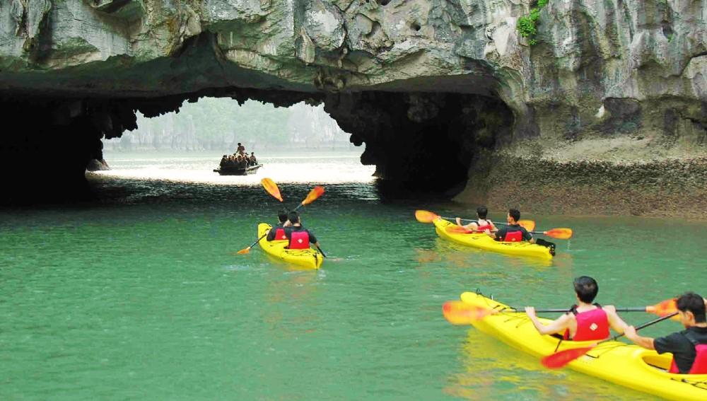 http://www.halongtravel.com/wp-content/uploads/2013/03/kayak.jpg